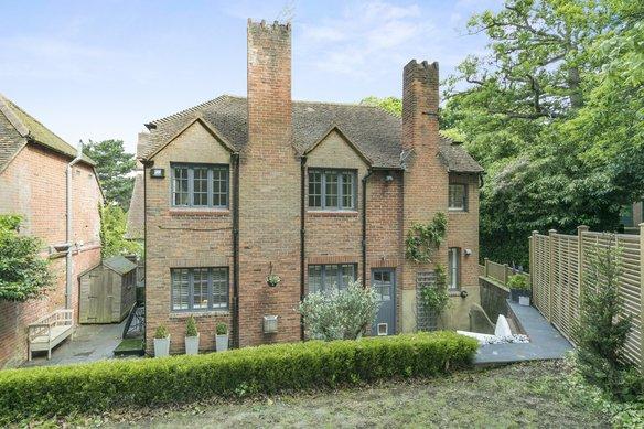 Similar Properties Green Lane, CobhamGrosvenor Billinghurst