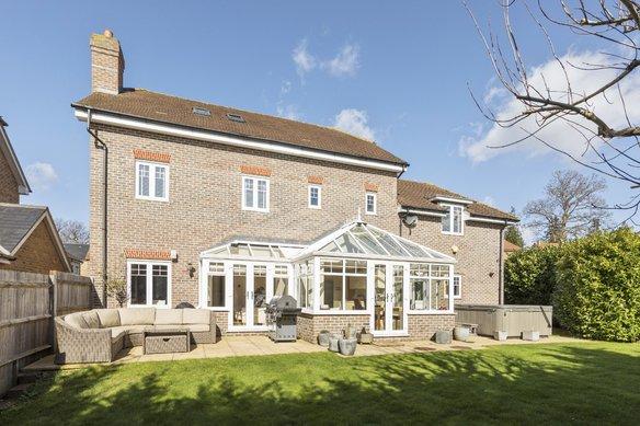 Similar Properties Halcyon Close, OxshottGrosvenor Billinghurst