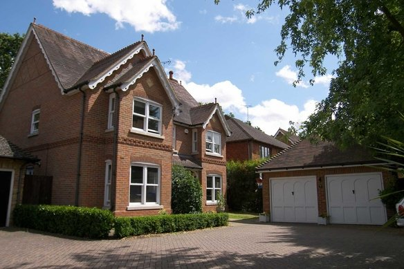 Similar Properties Little Moreton Close, CobhamGrosvenor Billinghurst