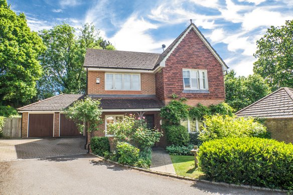 Similar Properties Old Oak Close, CobhamGrosvenor Billinghurst
